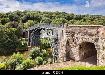 Abraham Darby's Iron Bridge, the first cast iron bridge, crossing the gorge of the River Severn at Ironbridge, Shropshire... - Stock Photo