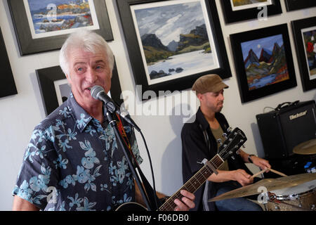 Brecon, Powys, Wales, UK. 8th Aug, 2015. Live music among the art pictures inside the Ardent Gallery in Brecon town - Stock Photo