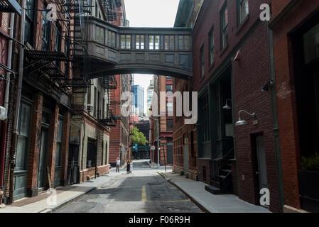New York, NY - Staple Street with it's skybridge in the TriBeCa neighorhood of Lower Manhattan ©Stacy Walsh Rosenstock/Alamy - Stock Photo