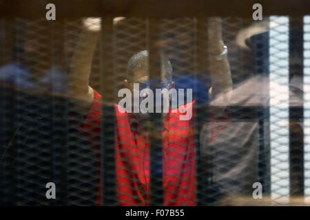 Cairo, Egypt. 9th Aug, 2015. Egyptian ousted President Mohamed Morsi gestures behind the defendants' cage during - Stock Photo