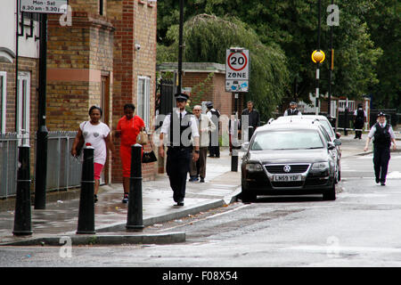 London, UK. 10th Aug, 2015. The discovery by workmen of an unexploded WW2 bomb at approximately 11.45 this morning - Stock Photo