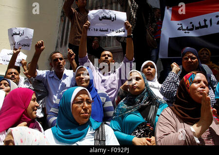 Cairo, Egypt. 9th Aug, 2015. Staff and workers of Egypt's Ministry of Finance Tax Authority shout slogans against - Stock Photo