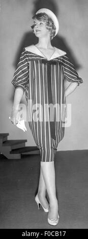 fashion, 1950s, mannequin in sack dress by 'Frank Usher, Ideal Home Exhibition, Olympia, London, 4.3.1958, Additional - Stock Photo