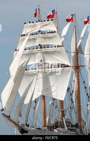 Bremerhaven, Germany. 12th Aug, 2015. Sailors  stand on the yards of the tall ship 'Esmeralda' from Chile as it - Stock Photo