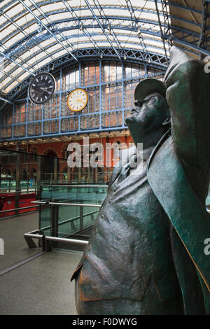Statue of John Betjeman at St Pancras Railway Station with the Dent clock and replica - Stock Photo