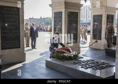 Warszawa, mazowieckie, Polonia. 15th Aug, 2015. President of Poland, Andrzej Duda, lays flowers in the Memorial - Stock Photo