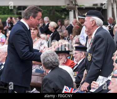 London, UK. 15th Aug, 2015. The Rt Hon David Cameron MP, the Prime Minister attends the THE NATIONAL COMMEMORATION AND DRUMHEAD SERVICE on 15/08/2015 at HORSE GUARDS PARADE, London. The Rt Hon David Cameron MP, the Prime Minister chats to veterans after the service. Picture by Credit:  Julie Edwards/Alamy Live News Stock Photo
