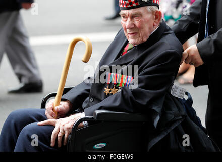 London, Britain. 15th Aug, 2015. A veteran is seen in a parade from Horse Guards Parade to Westminster Abbey after - Stock Photo
