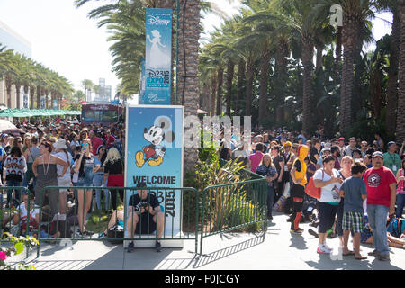 Anaheim, California, USA. 15th Aug, 2015. A crowd of people waiting to enter the Disney D23 Expo fan event in Anaheim, - Stock Photo