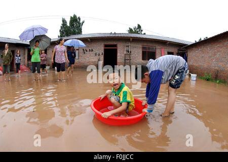 Chongqing, China's Chongqing Municipality. 17th Aug, 2015. Children play in the waterlogged yard in Dazu District, - Stock Photo
