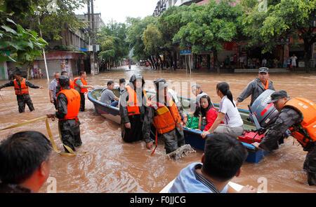 Chongqing, China's Chongqing Municipality. 17th Aug, 2015. Rescuers evacuate residents in Banqiao Township of Yongchuan - Stock Photo