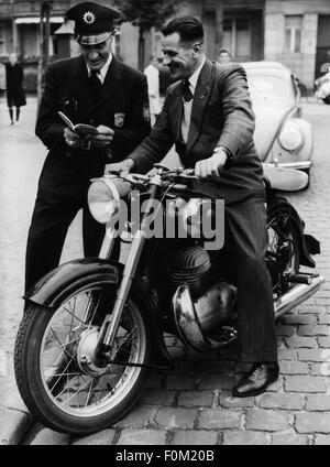 Oliver, Eric, 13.4.1911 - 1.3.1980, British athlete  (motorcycle racer), half length, on a 350 ccm Triumph Boss, - Stock Photo