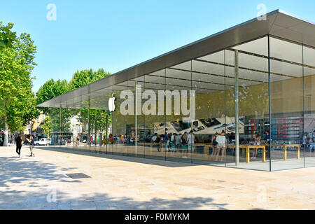 shopping in provence shops and shoppers in st tropez town centre stock photo 7858461 alamy. Black Bedroom Furniture Sets. Home Design Ideas