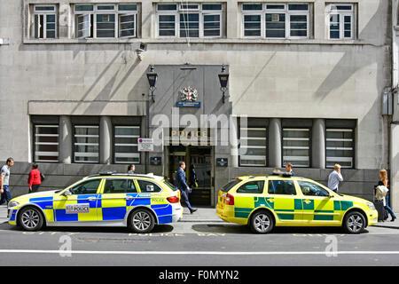 Police station uk & entrance in Bishopsgate City of London England & police car paramedic response unit parked outside - Stock Photo
