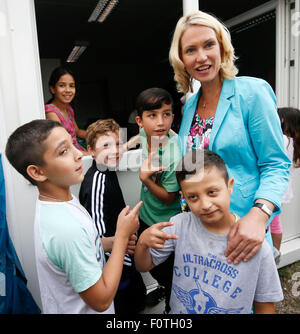 Heidelberg, Germany. 20th Aug, 2015. German Family Minister Manuela Schwesig (back R) talks to children in a refugee - Stock Photo