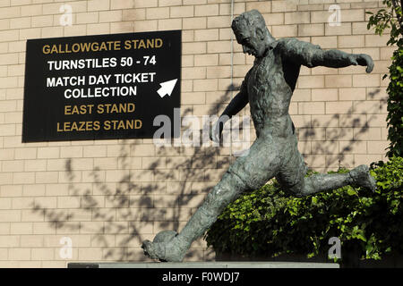 Statue of the footballer Jackie Milburn outside of St James' Park in Newcastle-upon-Tyne, England. - Stock Photo