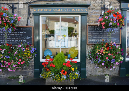 Hunters of Helmsley, Voted Best Small Shop in UK, 2015. Window display and hanging baskets, Helmsley, North Yorkshire, - Stock Photo
