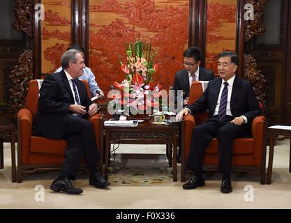 Beijing, China. 22nd Aug, 2015. Chinese Vice Premier Wang Yang(R) meets with U.S. Trade Representative Michael Froman - Stock Photo