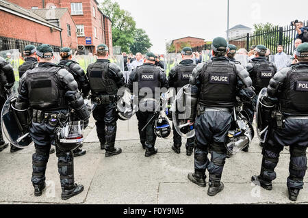 Belfast, Northern Ireland. 23 Aug 2015 - PSNI in riot gear and shields move in to separate Republican Network for - Stock Photo
