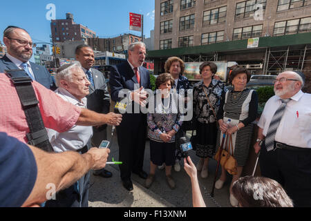 New York, USA. 26th Aug, 2015. NYS Assemblyman Dov Hikind, center, surrounded by Holocaust survivors and elected - Stock Photo