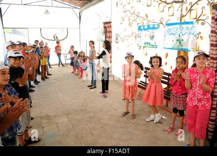 Damascus. 27th Aug, 2015. Syrian children sing during an extracurricular activity at a makeshift workshop in Damascus, - Stock Photo
