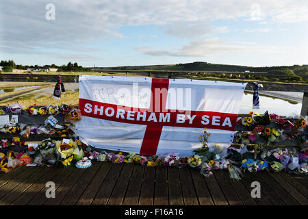 Shoreham, Sussex, UK. 28th August, 2015. Thousands of floral tributes and messages line the old toll bridge crossing - Stock Photo