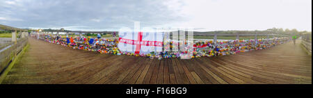 Shoreham, Sussex, UK. 28th August, 2015. Panoramic view of the thousands of floral tributes and messages which line - Stock Photo