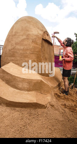 Leicester, England, 28 August 2015.This sand sulpture shows Radek Zivny (Czech Republic) working on the rear of - Stock Photo