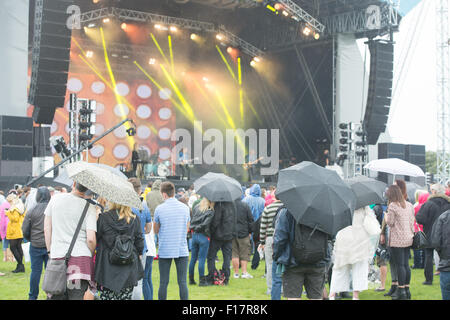 Portsmouth, UK. 29th August 2015. Victorious Festival - Saturday. Crowds dressed for the weather watch on at the - Stock Photo