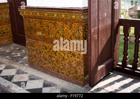 India, Jammu & Kashmir, Srinagar, Khwaja Manzil Nishati house, main meeting room decorated papier mache dado - Stock Photo
