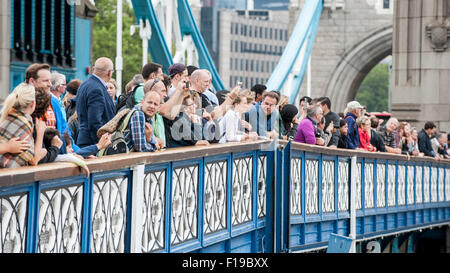 London, UK. 30 August 2015.  Large crowds gather to see the twelve yachts competing in the Clipper Round the World - Stock Photo