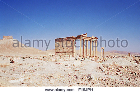Palmyra, Syria. 24th Oct, 2004. The ruins at the ancient Roman city of Palmyra, with Fakhr-al-Din al-Maani Castle - Stock Photo