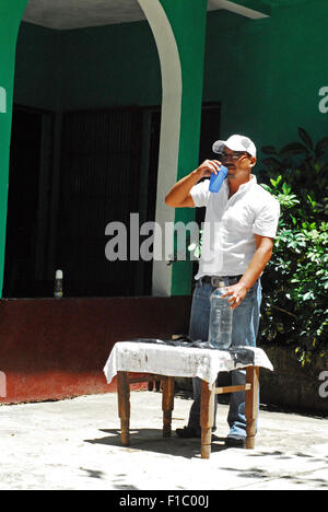 Guatemala, Concepcion las Minas, sequence of father preparing SODIS system for drinking water (Doel Fransuath Fernández - Stock Photo