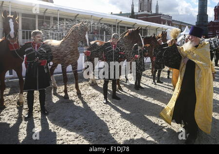 Moscow, Russia. 31st Aug, 2015. A Russian Orthodox priest blesses members of the Kremlin Presidential Regiment and - Stock Photo