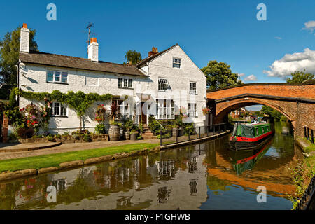 House and cottage on the banks of the Bridgewater canal at Lymm in Cheshire, England. - Stock Photo