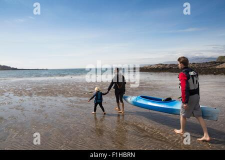 Family with canoe on beach, Loch Eishort, Isle of Skye, Hebrides, Scotland - Stock Photo
