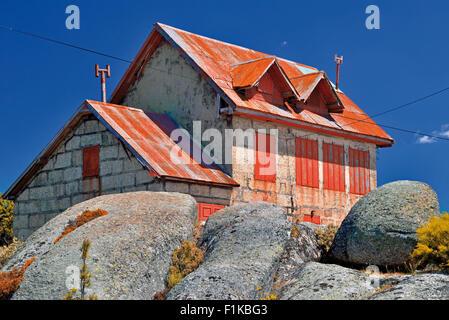 Portugal, Serra da Estrela: Typical mountain house surrounded by granite rocks - Stock Photo
