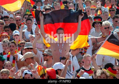 deutsche Fans vor dem Achtelfinale bei der Fussballweltmeisterschaft 2006 zwischen Deutschland und Schweden am 24. Juni 2006, Fa