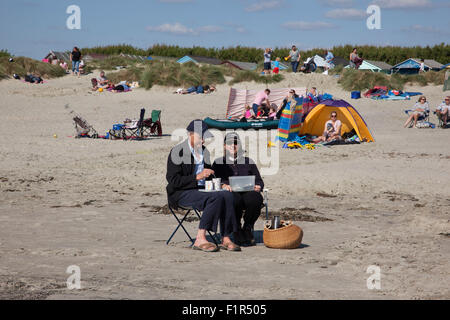 Wittering, Sussex, UK. 6th September, 2015. Tea for Two on the beach in West Wittering, West Sussex, UK 06.09.2015 - Stock Photo