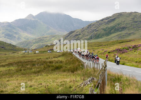 London, UK. 6th September, 2015. Cyclists ride through Snowdonia during stage one of the Aviva Tour of Britain between - Stock Photo