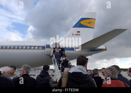 Passengers board a Lufthansa Airbus A321 in Frankfurt/Main, Germany, 06 September 2015. Pilots announced another - Stock Photo