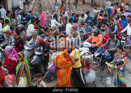 Congestion at a railway crossing in Bikaner - Stock Photo