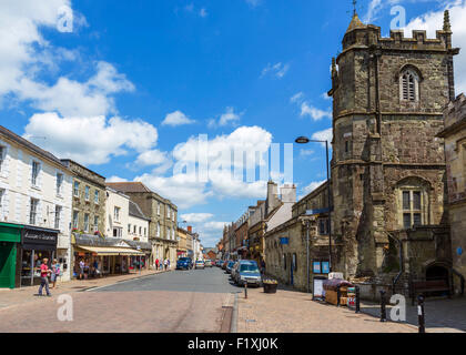The High Street with Saint Peter's Church to the right, Shaftesbury, Dorset, England, UK - Stock Photo