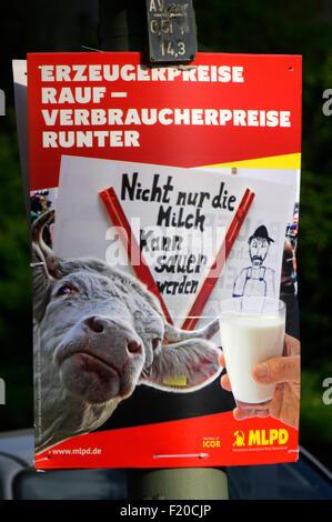 'Erzeugerpreise rauf Verbraucherpreise runter', MLPD  - Wahlplakate zur anstehenden Europawahl, Berlin. - Stock Photo