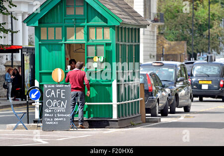 London, England, UK. Cabman's Shelter in Kensington Park Road,  offering shelter and refreshments to taxi drivers - Stock Photo