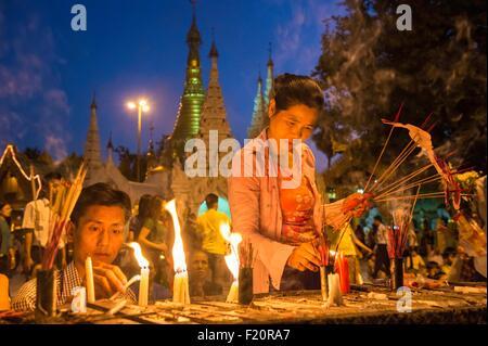 Myanmar (Burma), Yangon division, Yangon, district of Kandawgyi, Shwedagon Pagoda, pilgrims - Stock Photo