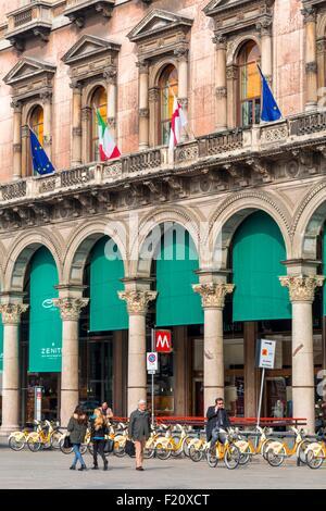 Italy, Lombardy, Milan, Piazza del Duomo, self-service bikes BikeMi system inaugurated in 2008 - Stock Photo
