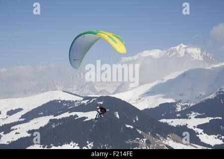 France, Haute-Savoie, Megeve in winter, skiing on the numerous pistes, arrival of Rochebrune cable car, paragliding - Stock Photo