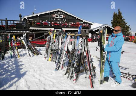 France, Haute-Savoie, Megeve in winter, outdoor bar restaurant L'Alpette at the Cayolle cable car arrival - Stock Photo