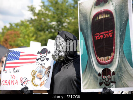 Washington, DC, USA. 9th Sep, 2015. A participate of 'Stop the Iran Deal' rally shows his signs to people in front - Stock Photo